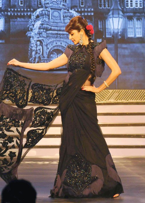 Anushka Sharma Walking the ramp to pay tribute to Yash Chopra